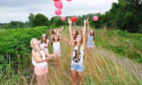 風船を飛ばす少女たち
