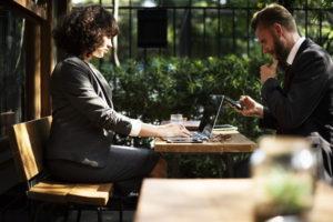 商談中の女性と男性