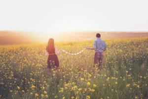 日没を眺めるカップル