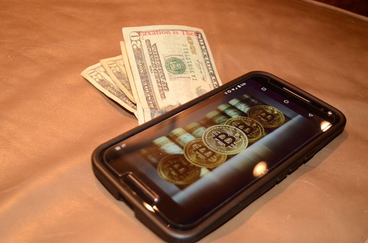 スマホと紙幣の写真