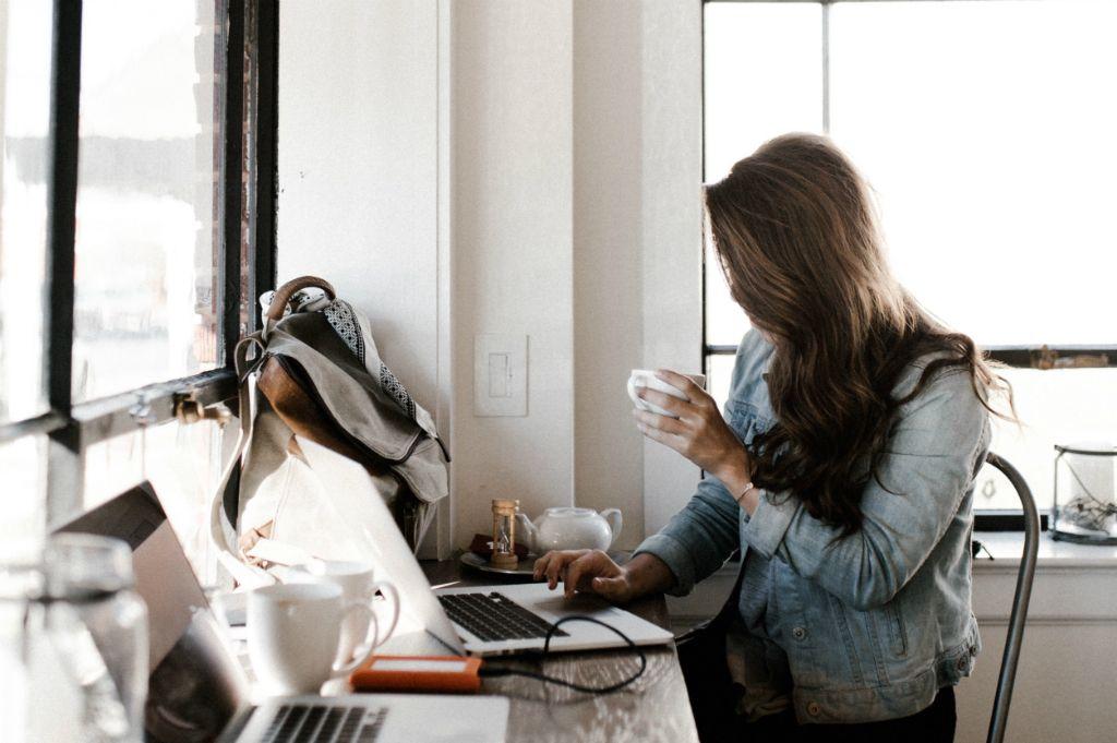 写真:デスクワークの女性