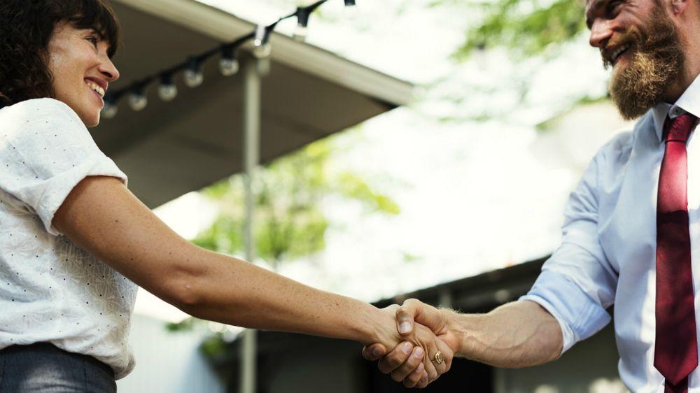 握手する女性と男性