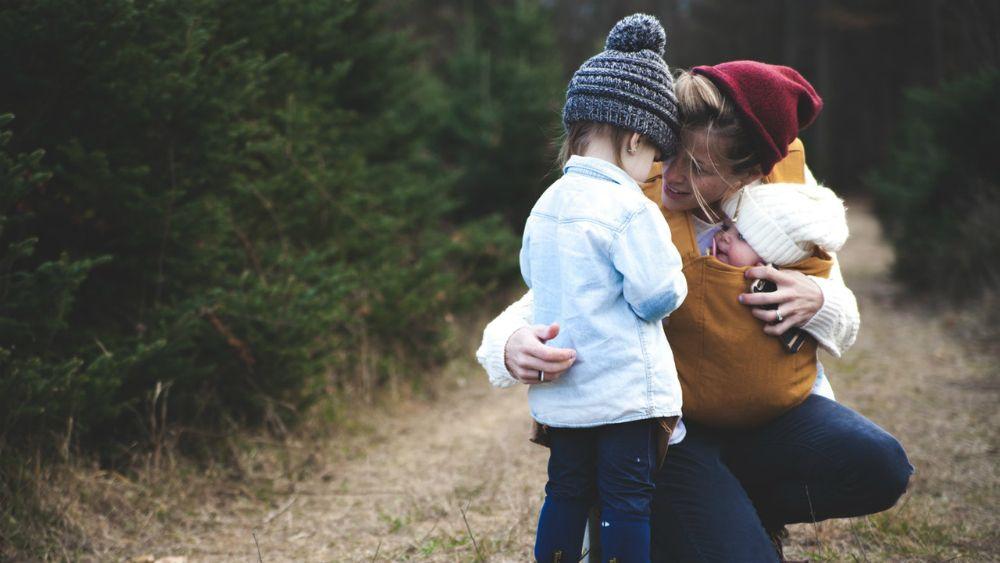 抱き合う親子
