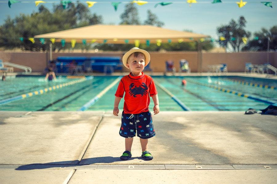プールサイドと少年