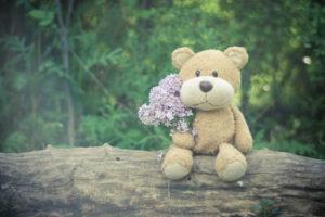 花束を持つぬいぐるみ