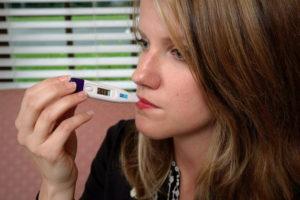 体温を測る女性