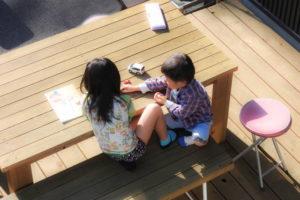 ウッドデッキで遊ぶ子どもたち