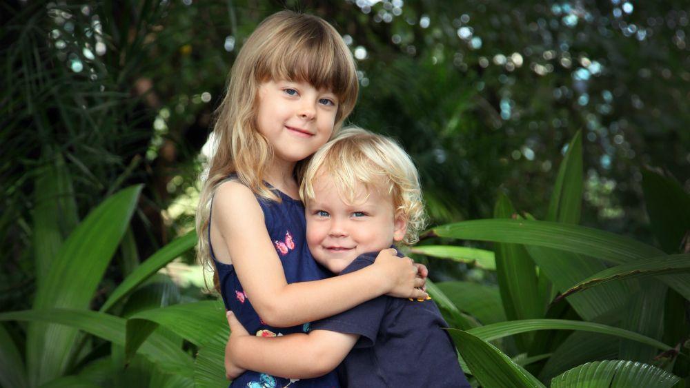 抱き合う子供の姉弟