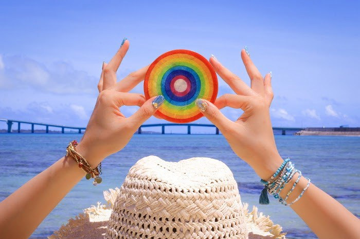 海と女性の手