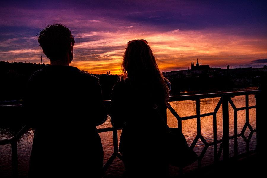 夕陽を眺める男女