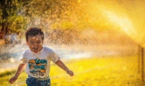 水しぶきを浴びる子ども